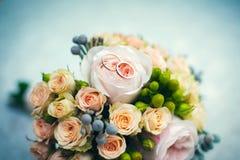 Bouquet d'anneaux de mariage d'or des roses en gros plan photographie stock