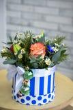 Bouquet d'arbre de Noël avec des décorations de Noël et des roses vivantes plan rapproch? photos libres de droits