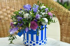 Bouquet d'arbre de Noël avec des décorations de Noël et vivre les fleurs lilas dans un panier rayé photo libre de droits
