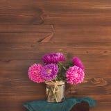 Bouquet d'automne d'asters de fond en bois brillamment coloré images libres de droits