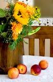 Bouquet d'automne avec des pêches photographie stock