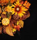 Bouquet d'automne ou de thanksgiving au-dessus de fond noir Potiron Photographie stock