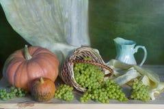 Bouquet d'automne sur un fond coloré image stock