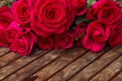 Bouquet d'haut étroit de roses roses foncées Photos libres de droits