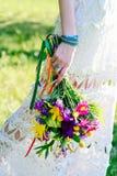 Bouquet d'une jeune mariée dans le style d'un boho Images libres de droits