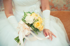 Bouquet dans des mains de la jeune mariée Photo libre de droits
