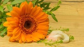 Bouquet dans l'orange avec un coeur Photos stock
