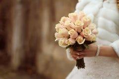 Bouquet dans les mains de la jeune mariée Photos stock
