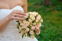 Bouquet dans les mains de la mariée photos libres de droits