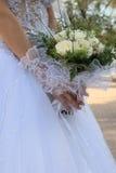 Bouquet dans mains de la mariée Images libres de droits