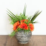 Bouquet dans un vase en pierre Photo stock