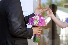 Bouquet de achat de mariage de marié Image stock
