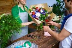 Bouquet de achat des fleurs Images stock