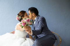Bouquet de baiser de behide de deux personnes asiatiques Photos stock