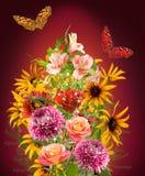 bouquet de beaux fleurs et papillons Images stock