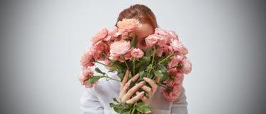Bouquet de belles roses dans les mains d'une fille Photo stock