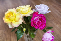 Bouquet de belles roses de floraison dans un vase en verre Photographie stock libre de droits