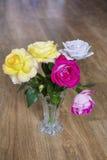 Bouquet de belles roses de floraison dans un vase en verre Photo libre de droits