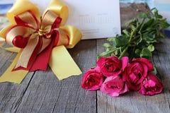 Bouquet de belles roses rouges avec le ruban sur le vieux fond en bois Jour du ` s de Valenday ou concept de mariage Image libre de droits