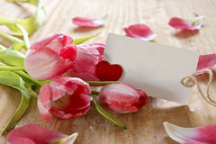 Bouquet de belles tulipes avec une carte Photographie stock