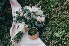 Bouquet de boucles et de roses de mariage Image stock