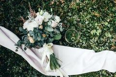 Bouquet de boucles et de roses de mariage Images libres de droits