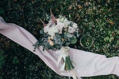 Bouquet de boucles et de roses de mariage Photos libres de droits