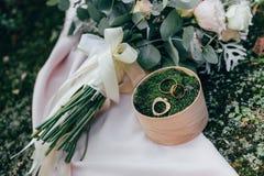 Bouquet de boucles et de roses de mariage Images stock