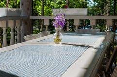 Bouquet de campanule pourpre de wildflowers dans un vase, se tenant sur une table bleue et blanche dans un style rustique, jour e Photos libres de droits