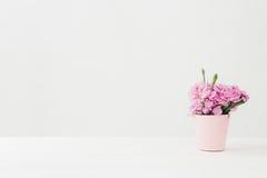 Bouquet de Carnationflowers rose dans le vase sur la table blanche L'espace vide pour le texte Photo libre de droits