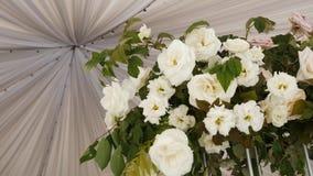 Bouquet de composition des fleurs roses blanches sur la tente de toit clips vidéos