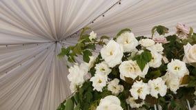 Bouquet de composition des fleurs roses blanches sur la tente de toit banque de vidéos