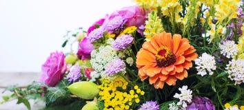 Bouquet de différentes fleurs sur le fond blanc Images libres de droits