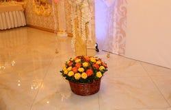 Bouquet de différentes roses de couleur dans un panier photo stock