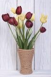 Bouquet de différentes tulipes de couleur dans un vase Photographie stock