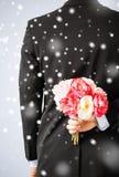 Bouquet de dissimulation d'homme des fleurs Image libre de droits