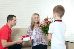 Bouquet de dissimulation de fils pour étonner la maman le jour du ` s de mère femme, homme Photos stock