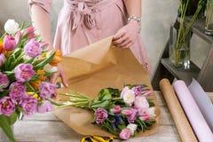 Bouquet de fête de paquet de décorateur en papier d'emballage Images stock