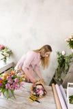 Bouquet de fête de paquet de décorateur en papier d'emballage Image libre de droits