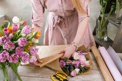 Bouquet de fête de paquet de fleuriste en papier d'emballage Images libres de droits