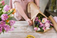 Bouquet de fête de paquet femelle de main en papier d'emballage Photo stock