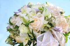 Bouquet de fête des fleurs sur le fond de ciel Image stock