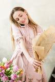 Bouquet de fête et entretien de paquet de fleuriste au téléphone Images stock