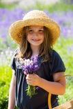 Bouquet de fixation de fille assez jeune de lavande Photos libres de droits