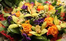 Bouquet de fleur avec des orchidées et des roses Images libres de droits