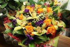 Bouquet de fleur avec des orchidées et des roses Photos libres de droits