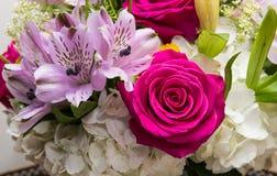 Bouquet de fleur avec des roses et des lis Image stock