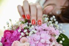 Bouquet de fleur avec la main de jeune mariée Photo libre de droits