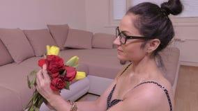 Bouquet de fleur d'odeur de femme banque de vidéos
