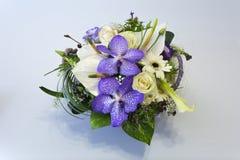 Bouquet de fleur dans un panier Photos stock